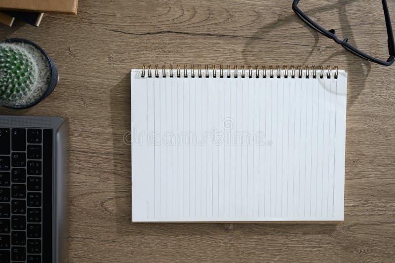 Взгляд таблицы с заголовком стола офиса ноутбука стоковое изображение