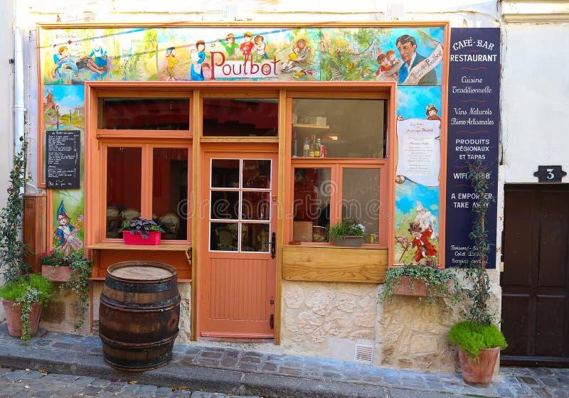 Взгляд типичного кафа Poulbot Парижа в Париже, зоне Montmartre, Франции стоковые фото