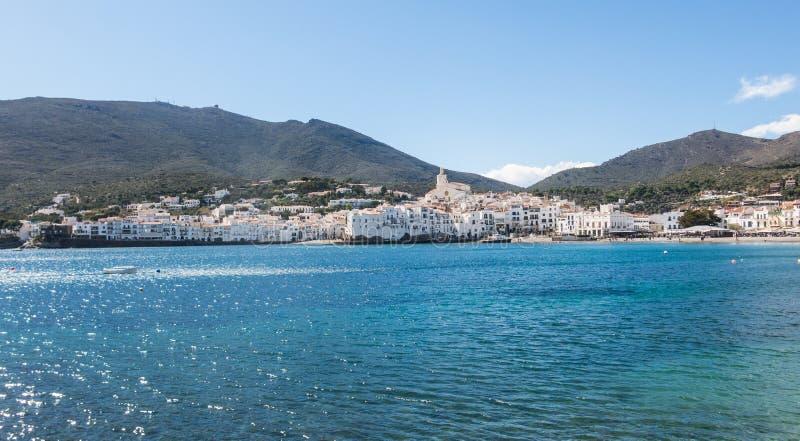 Взгляд типичной побеленной деревни Cadaques Испанское среднеземноморское r стоковые фото
