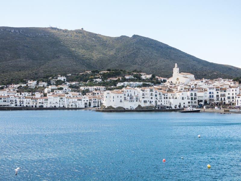 Взгляд типичной побеленной деревни Cadaques Испанское среднеземноморское r стоковые фотографии rf