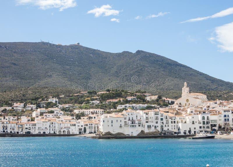 Взгляд типичной побеленной деревни Cadaques Испанское среднеземноморское r стоковая фотография rf