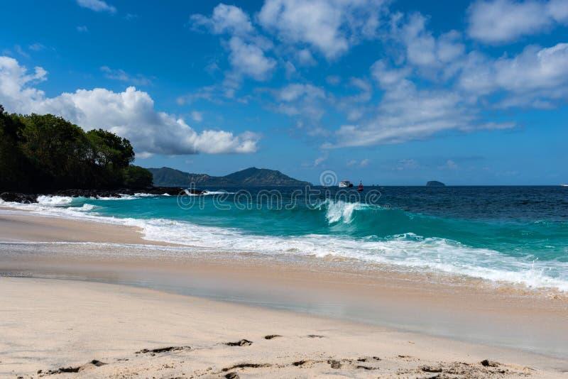 Взгляд тропических пляжа, утесов моря и океана бирюзы, голубого неба Пляж с белым песком, Бали Индонезия стоковые изображения