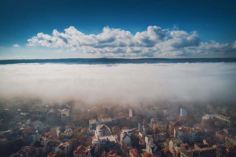 Взгляд трутня Варны, Болгарии воздушный Красивая панорама города Варны с туманом утра стоковые изображения