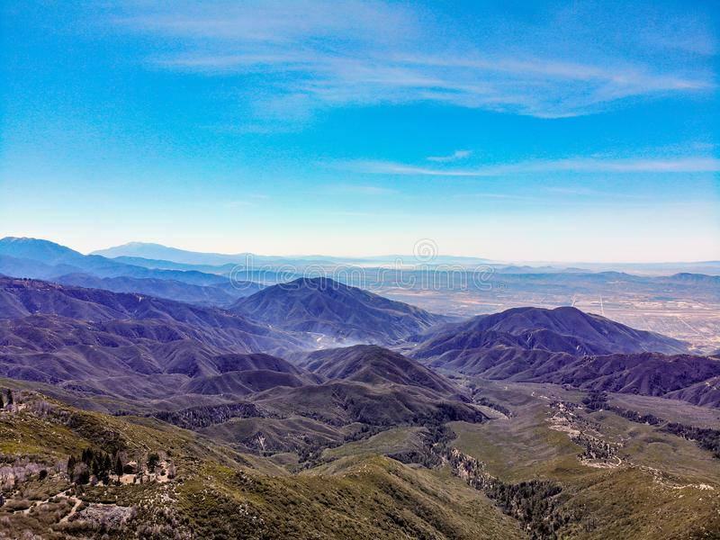 Взгляд трутня сверху оправа мира смотря через горы Сан Бернардино к восточному концу San Gabriel стоковые фотографии rf