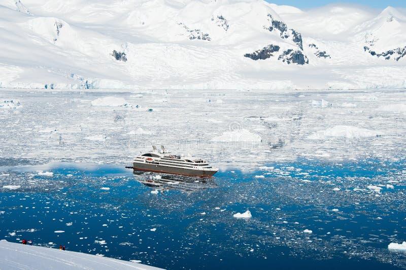 Взгляд туристического судна в Антарктике стоковые изображения rf