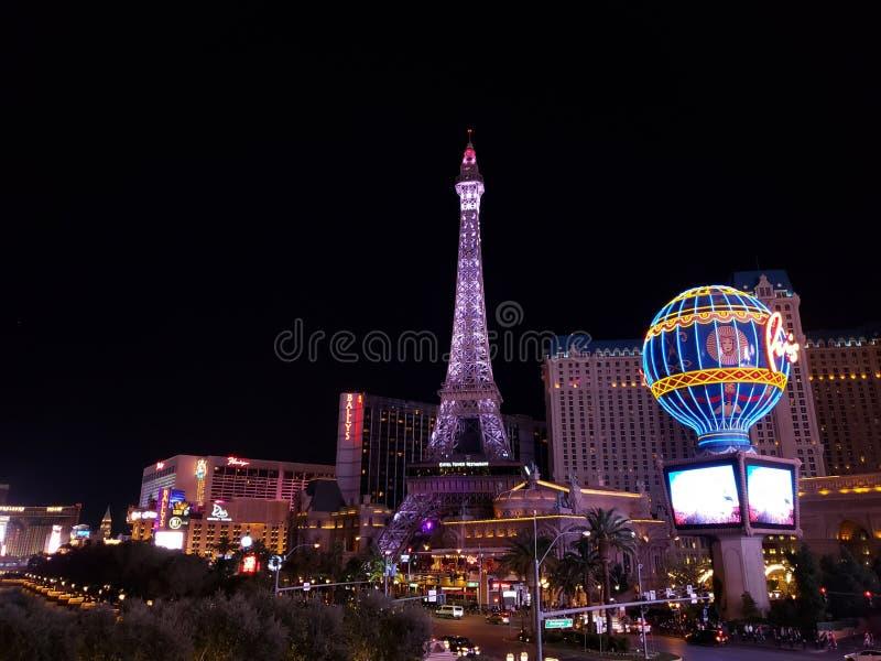 взгляд туристической зоны на главном бульваре города Лас-Вегас, Невады вечером стоковые изображения