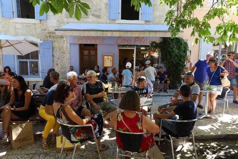 Взгляд туристов есть в планете Lou блинной, en Провансали Remy Святого, Франции стоковое фото