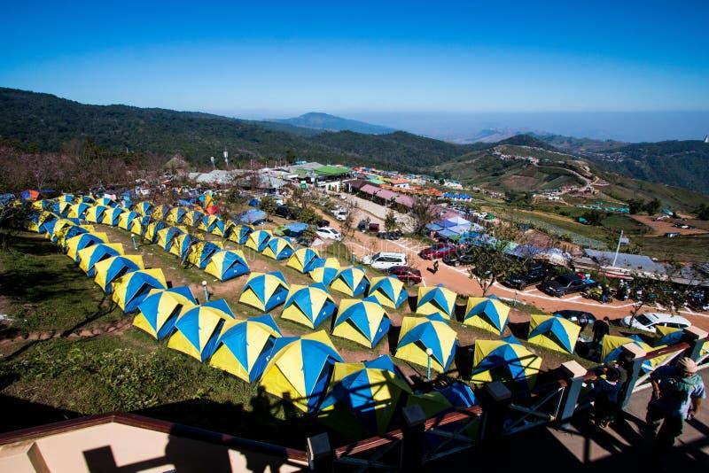 Взгляд туристского шатра располагаясь лагерем на горе ряда в каникулах ослабьте место ориентира путешественника около края скалы  стоковые изображения