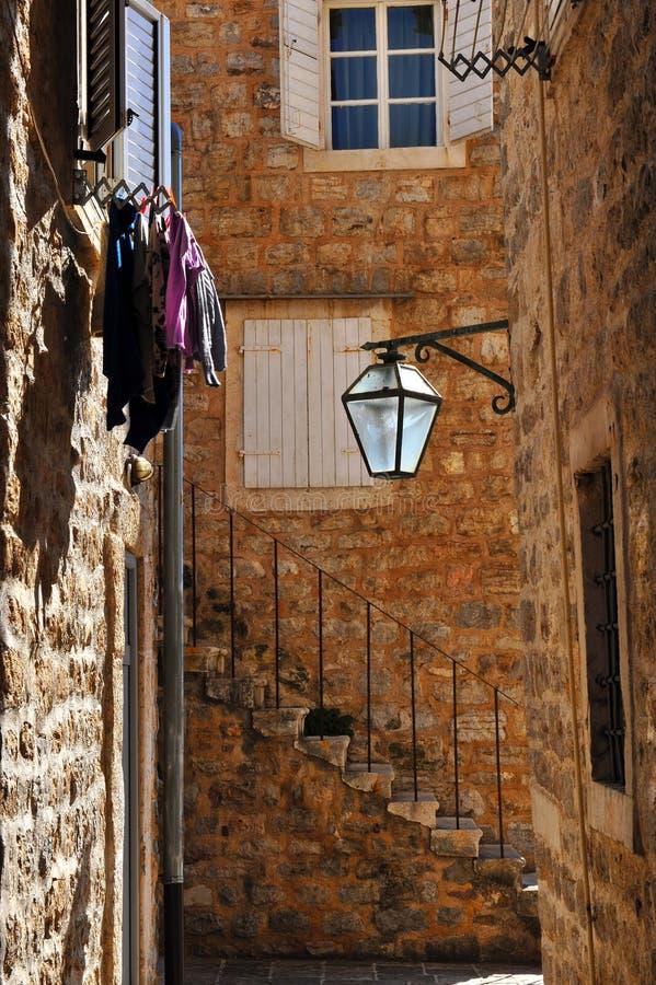 Взгляд угла улицы в городке Budva старом стоковое изображение