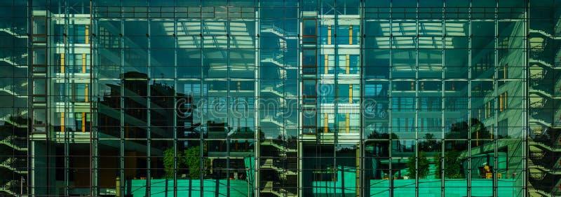 Взгляд удобного офисного здания панорамный через стекло wal стоковая фотография rf