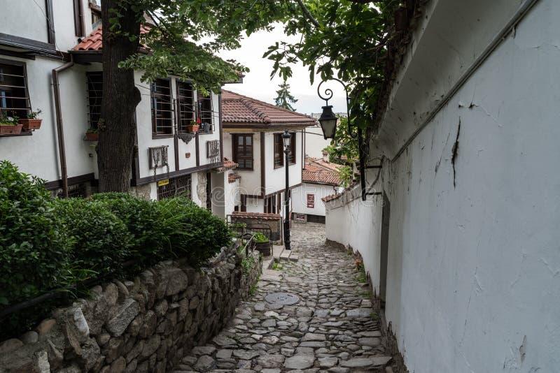 Взгляд узкой улочки в исторической части городка Пловдива старого Типичные средневековые красочные здания bulbed стоковые фото