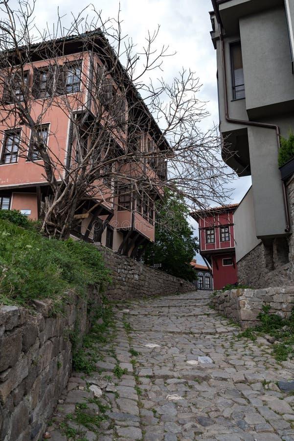 Взгляд узкой улочки в исторической части городка Пловдива старого Типичные средневековые красочные здания стоковая фотография