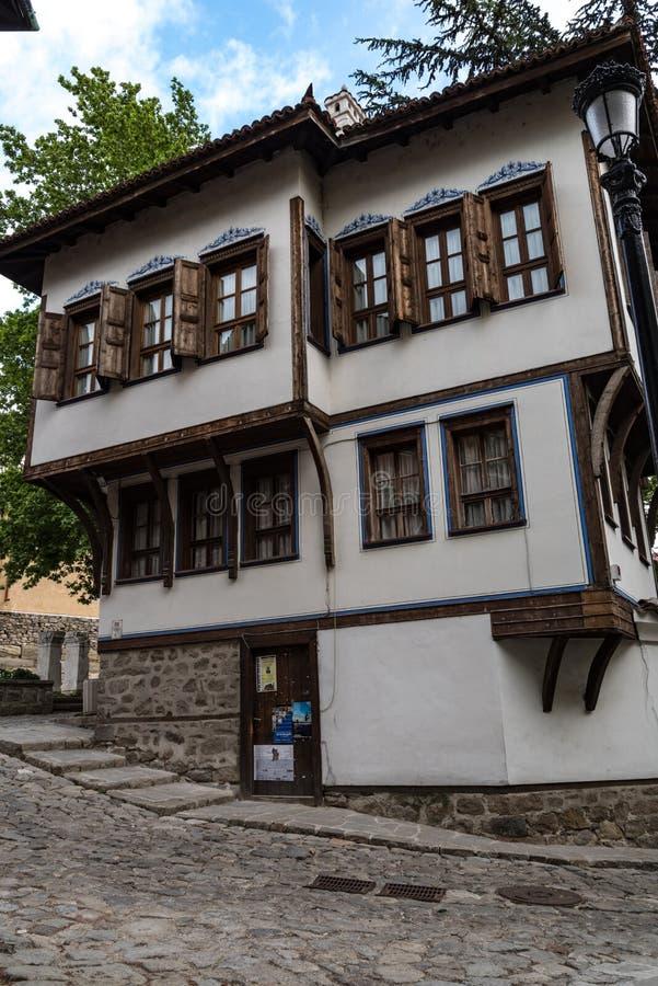 Взгляд узкой улочки в исторической части городка Пловдива старого Типичные средневековые красочные здания bulbed стоковые изображения rf
