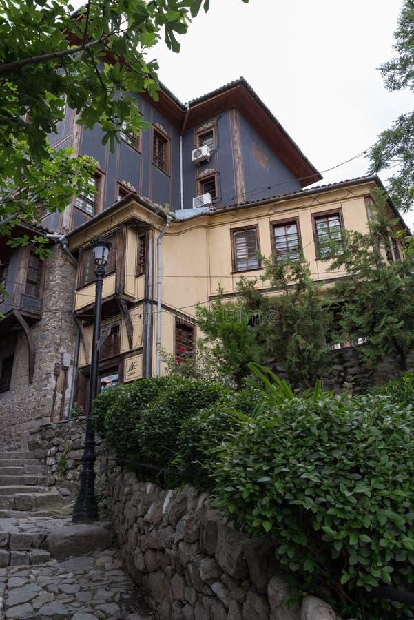 Взгляд узкой улочки в исторической части городка Пловдива старого Типичные средневековые красочные здания bulbed стоковая фотография rf