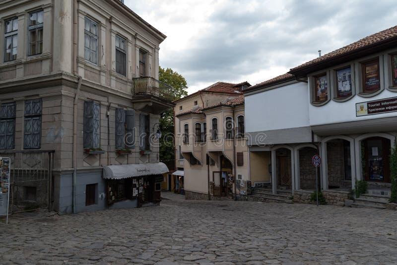 Взгляд узкой улочки в исторической части городка Пловдива старого Типичные средневековые красочные здания bulbed стоковое изображение rf