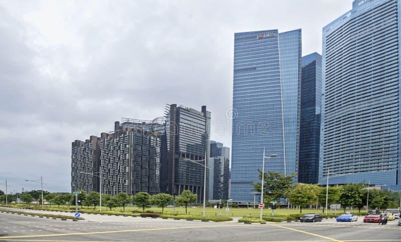 Взгляд улицы города Люди и автомобили двигают вдоль стоковые изображения rf