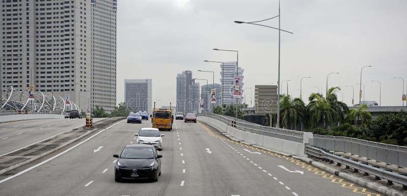 Взгляд улицы города Люди и автомобили двигают вдоль s стоковая фотография