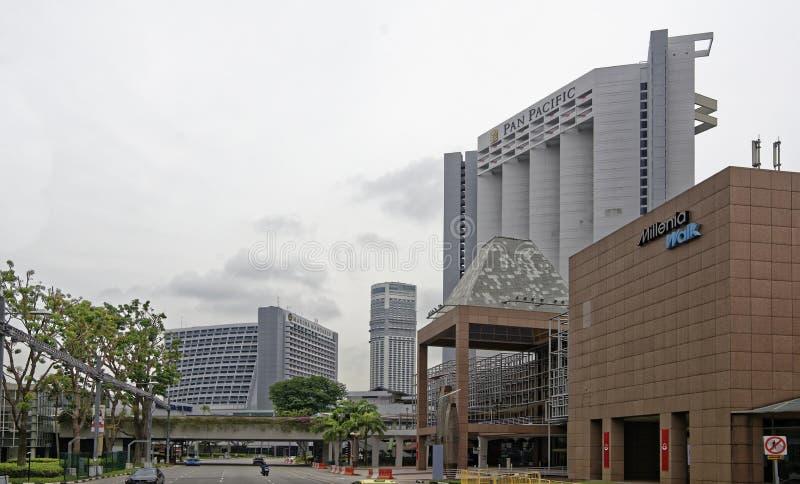 Взгляд улицы города Люди и автомобили двигают вдоль s стоковое фото