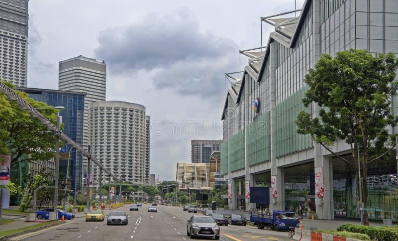 Взгляд улицы города Люди и автомобили двигают вдоль st стоковое фото