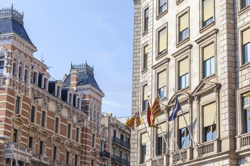 Взгляд улицы, классические здания фасада в квартале Eixample бара стоковое изображение