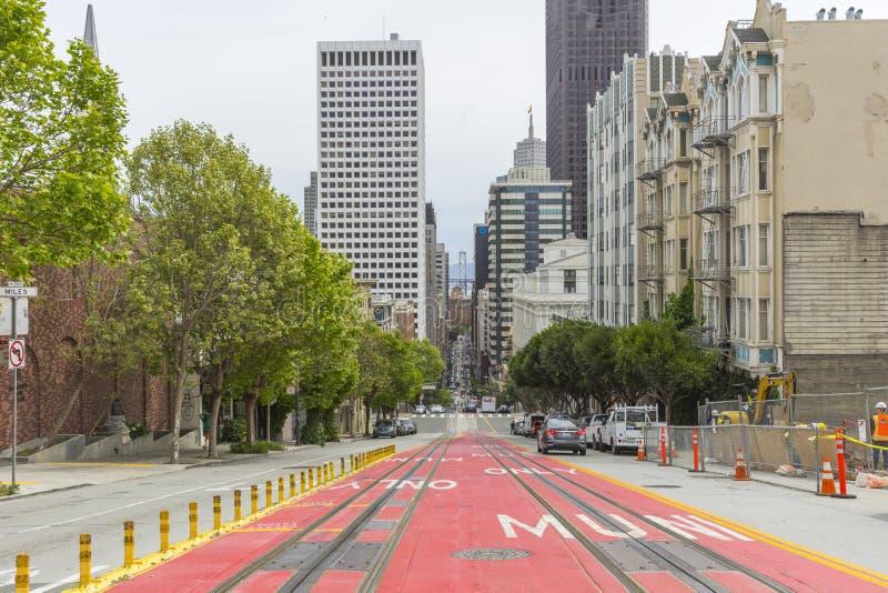 Взгляд улицы на St Калифорния смотря через мост залива в Сан-Франциско, США стоковое фото rf
