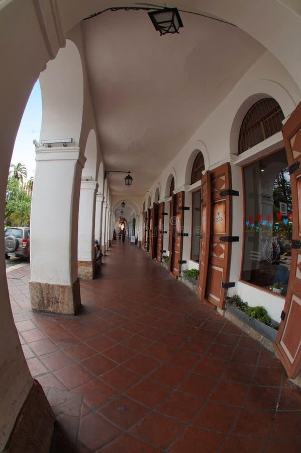 Взгляд улицы перед парком Abdon Calderon в историческом центре города Cuenca фокус к более низким и средним номерам стоковое фото rf