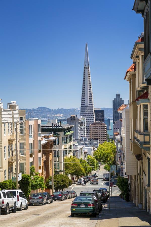 Взгляд улицы пирамиды Transamerica и моста Сан-Франциско залива Окленд, Калифорния, США, Северной Америки стоковая фотография rf