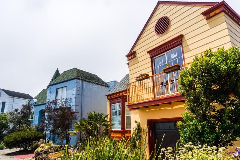 Взгляд улицы строк домов стоковые изображения