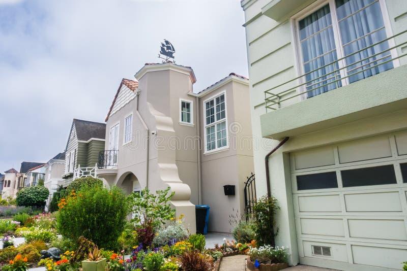 Взгляд улицы строк домов стоковое изображение rf