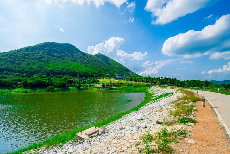 Взгляд улицы с зеленой горой на предпосылке голубого неба в провинции Таиланда изображение украшения содержит некоторый шум зерна стоковое изображение