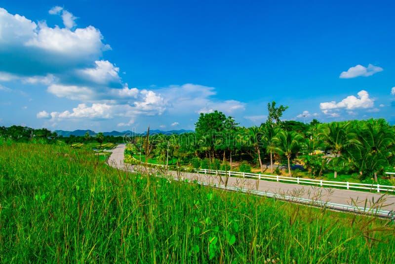 Взгляд улицы с зеленой горой на предпосылке голубого неба в провинции Таиланда изображение украшения содержит некоторый шум зерна стоковые изображения rf