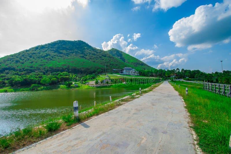 Взгляд улицы с зеленой горой на предпосылке голубого неба в провинции Таиланда изображение украшения содержит некоторый шум зерна стоковое фото rf