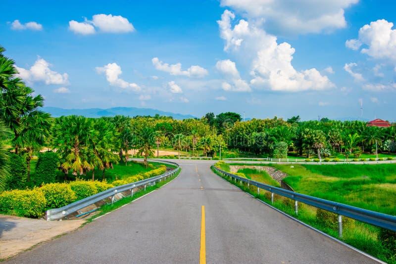 Взгляд улицы с зеленой горой на предпосылке голубого неба в провинции Таиланда изображение украшения содержит некоторый шум зерна стоковые фотографии rf