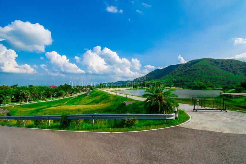 Взгляд улицы с зеленой горой на предпосылке голубого неба в провинции Таиланда изображение украшения содержит некоторый шум зерна стоковые изображения