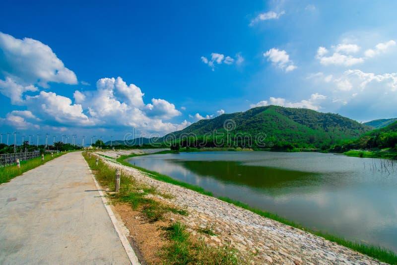 Взгляд улицы с зеленой горой на предпосылке голубого неба в провинции Таиланда изображение украшения содержит некоторый шум зерна стоковая фотография rf