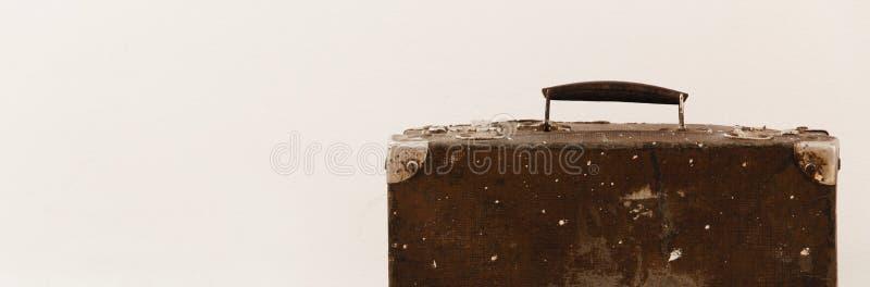 Взгляд урожая изолированного винтажного чемодана на белой предпосылке стоковое изображение