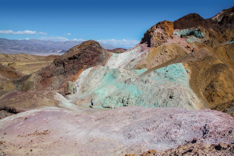 Взгляд утесов зеленого цвета, голубых и фиолетовых палитры Artist's в национальном парке Death Valley стоковое изображение rf