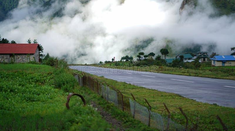Взгляд утра взлётно-посадочная дорожка авиапорта Tenzing†«Hillary, Lukla Непала стоковые изображения