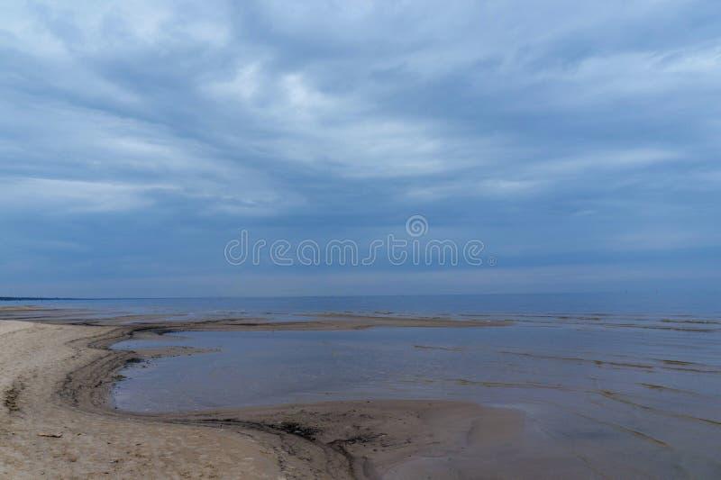 Взгляд утра моря в предыдущей осени стоковое изображение