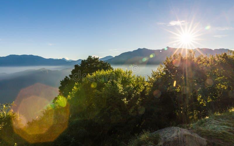 Взгляд утра ряда гор Zhushan голубого с солнечным светом стоковое фото