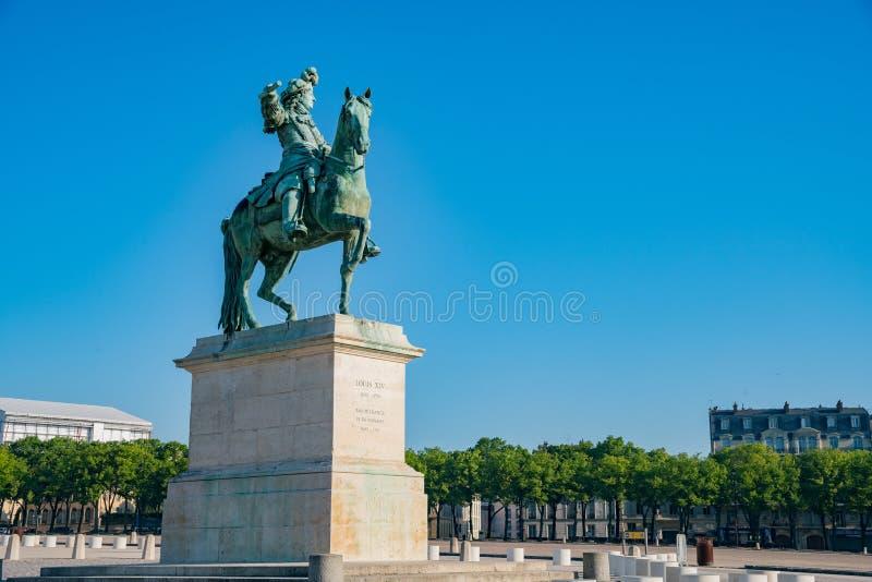 Взгляд утра статуи Луис XIV на дворце Версаль стоковое изображение rf