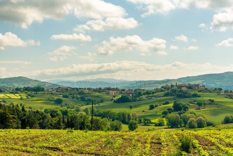 Взгляд утра с красивыми холмами Умбрии около Assisi, Италии стоковые фото