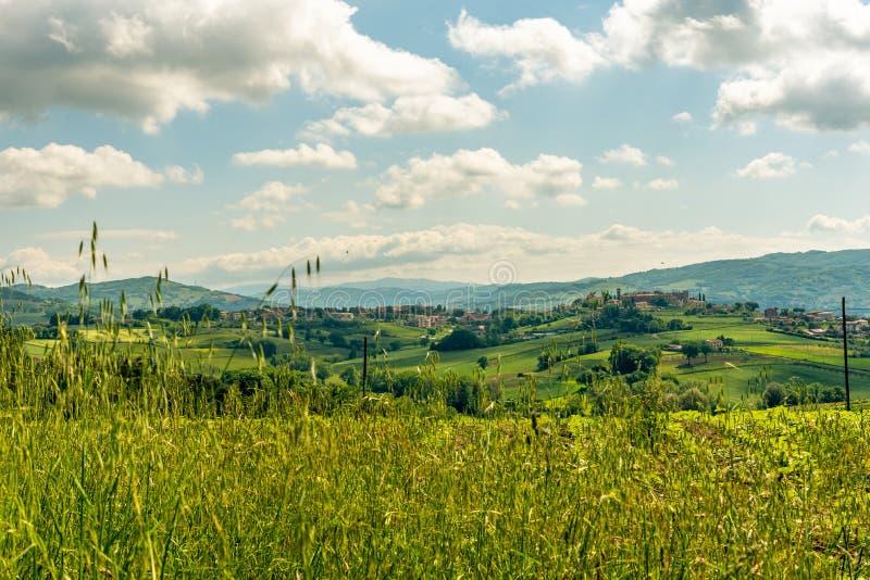 Взгляд утра с красивыми холмами Умбрии около Assisi, Италии стоковые фотографии rf