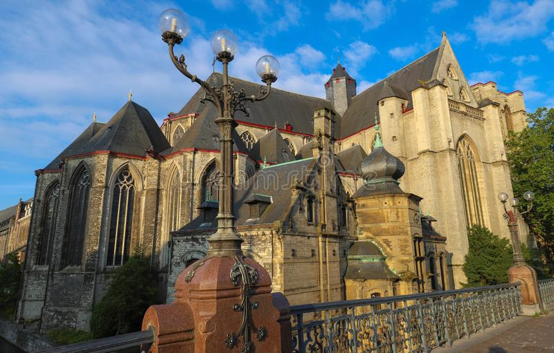 Взгляд утра церков впечатляющего готического St Michael и столба лампы моста Мишеля Святого в Генте стоковые фото