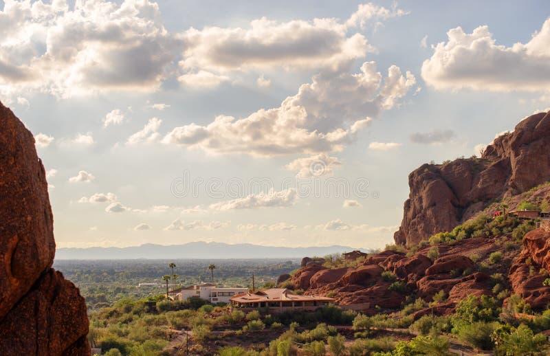 Взгляд Феникса и Tempe от горы Camelback в Аризоне, стоковое фото rf