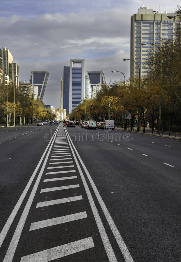 Взгляд финансового и коммерчески центра бульвара Castellana в Мадриде, Испании стоковое фото