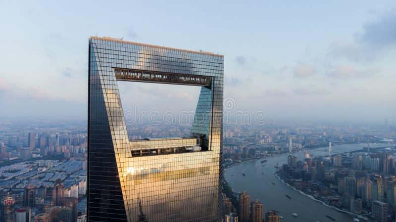 Взгляд финансового центра и Рекы Huangpu мира Шанхая стоковое фото rf