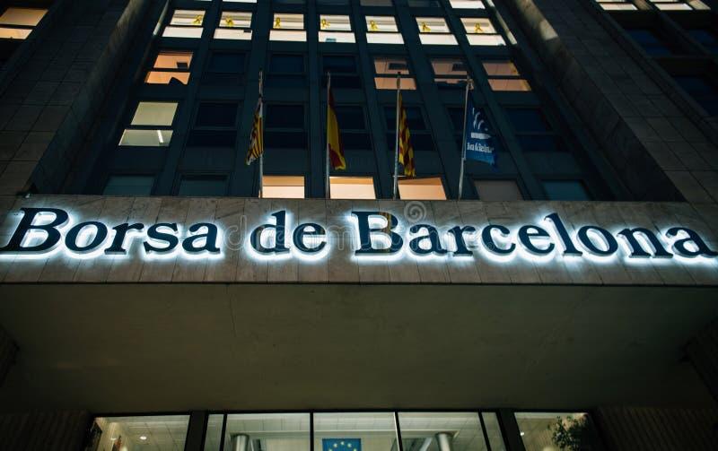 Взгляд фондовой биржи Borsa de Барселоны снизу в финансовом стоковое изображение rf