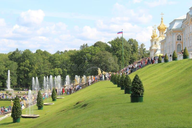 Взгляд фонтана Samson на фоне большого каскада и королевского дворца Peterhof стоковые изображения