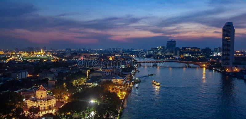 Взгляд форта Sumen phra с большим дворцом и изумрудным виском budha на заднем плане, Бангкок Таиланд стоковые изображения rf